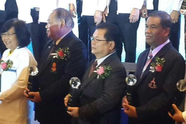 ดร.พีรพัฒน์ วัชรินทรางกูร รับโล่รางวัลและเกียรติบัตร งานเวทีศักยภาพโรงเรียนมาตรฐานสากล
