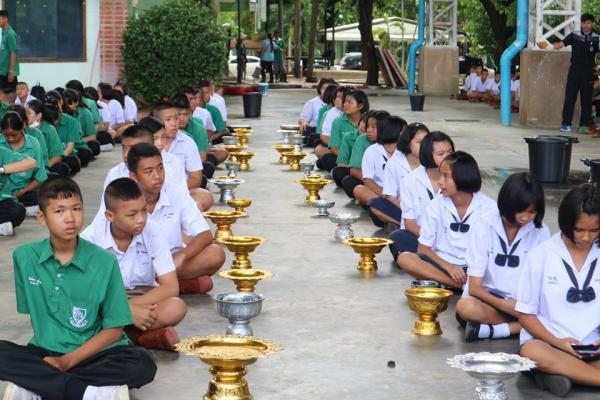 โรงเรียนเพชรพิทยาคม ฝึกซ้อมพิธีไหว้ครู และนักเรียนร่วมกันทำพานไหว้ครู ประจำปีการศึกษา 2560