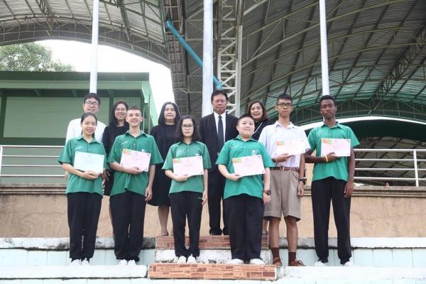 มอบเกียรติบัตรให้กับนักเรียนที่สอบวัดความรู้ภาษาอังกฤษ ของบริษัทเสริมปัญญา