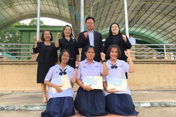 มอบเกียรติบัตรและเงินรางวัล ให้กับนักเรียนที่ได้รับรางวัลจากการเข้าร่วมแข่งขันทักษะภาษาไทย โครงการรักษ์ภาษาไทย เนื่องในวันภาษาไทยแห่งชาติ ประจำปีการศึกษา ๒๕๖๐