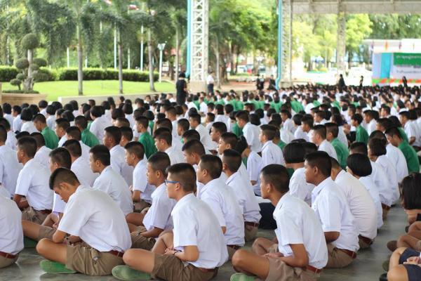 นักเรียนโรงเรียนเพชรพิทยาคม ฝึกสมาธิในช่วงเช้าหลังกิจกรรมหน้าเสาธง
