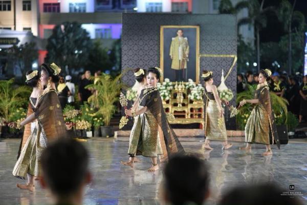 รร.เพชรพิทยาคม นำนักเรียนแสดงมหรสพสมโภช เนื่องในงานพระราชพิธีถวายพระเพลิงพระบรมศพฯ