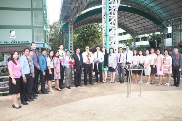 มอบช่อดอกไม้พร้อมกล่าวต้อนรับครูชาวต่างชาติที่มาปฏิบัติหน้าที่สอนใน ภาคเรียนที่ 2 ปีการศึกษา2560