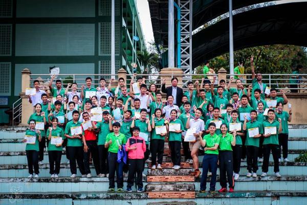 มอบเกียรติบัตรและเหรียญรางวัล แก่นักเรียนที่แข่งขันกีฬา ที่ได้รับชัยชนะในรายการต่างๆ