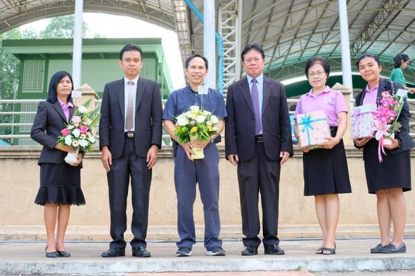 มอบช่อดอกไม้แสดงความยินดีให้กับครูสายัณห์ อ่อนตา ที่ย้ายไปปฏิบัติหน้าที่ที่โรงเรียนแคมป์สนวิทยาคม
