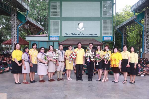 ผู้อำนวยการโรงเรียนเพชรพิทยาคม เป็นตัวแทนคณะครูและนักเรียนมอบช่อดอกไม้แสดงความยินดีกับบุคลากร