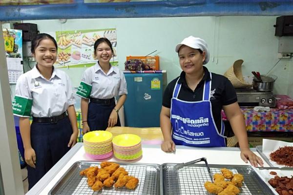 นักเรียนชมรมคุ้มครองผู้บริโภค โรงเรียนเพชรพิทยาคม ตรวจสอบความปลอดภัยและคุณภาพอาหาร